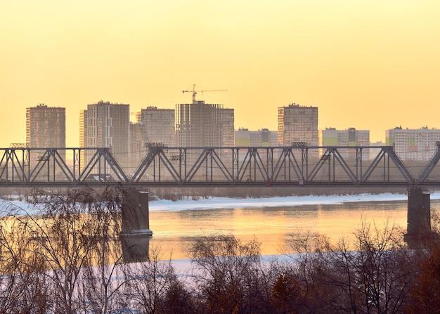 Wysokie domy i most na rzece ob