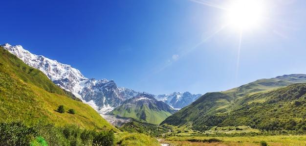 Wysokie Góry Kaukazu. Swanetia.gruzja. ściana Bezengi. Premium Zdjęcia