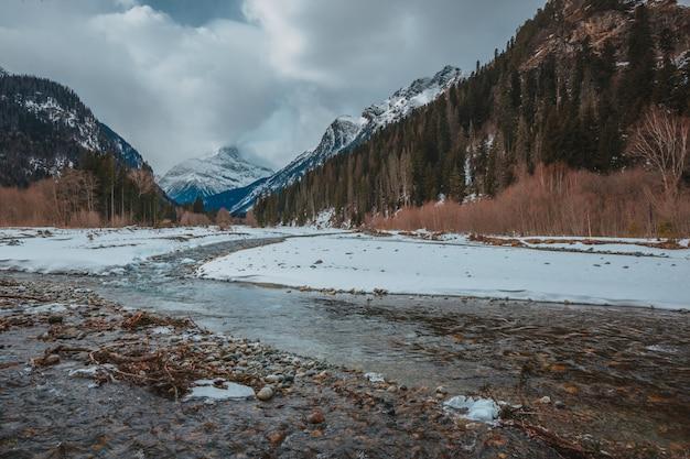 Wysokie góry pod śniegiem w zimie