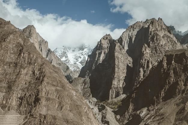 Wysokie góry w karakoram rozciągają się w dolinie hunza, pakistan.
