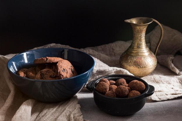 Wysokie kąty ciasteczka i cukierki czekoladowe