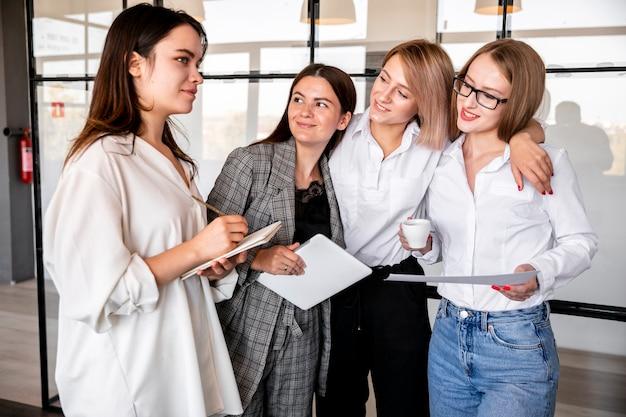 Wysokie kąty kobiet w struganiu biura