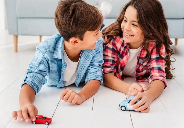 Wysokie kąty młode rodzeństwo bawiące się razem