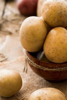 Wysokie kąty surowe ziemniaki w misce