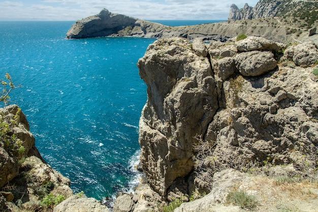 Wysokie klify nad brzegiem błękitnego morza