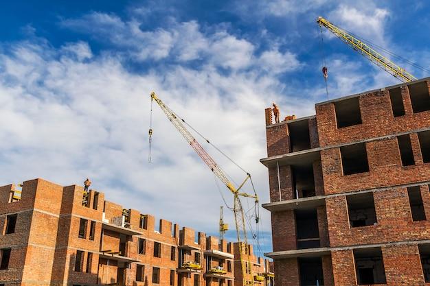 Wysokie kondygnacje budynków mieszkalnych w budowie
