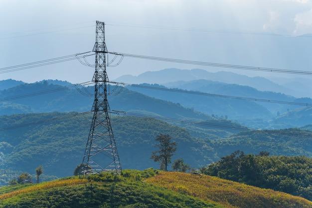 Wysokie napięcie linii energetycznych na górze