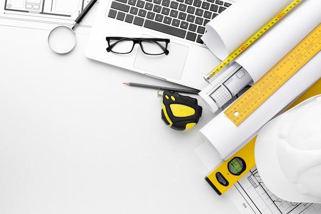 Wysokie narzędzia do naprawy i laptop
