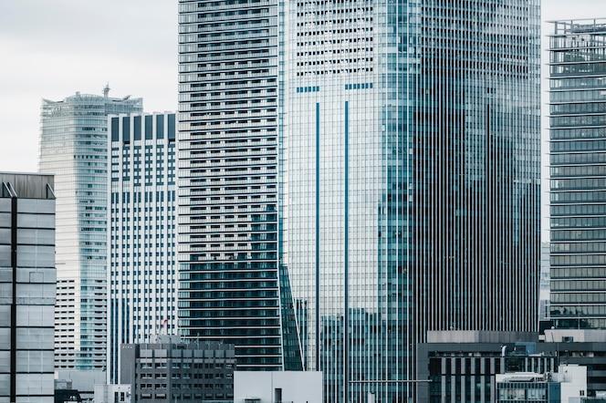 Wysokie nowoczesne budynki biurowe