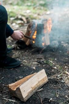 Wysokie ognisko z dymem