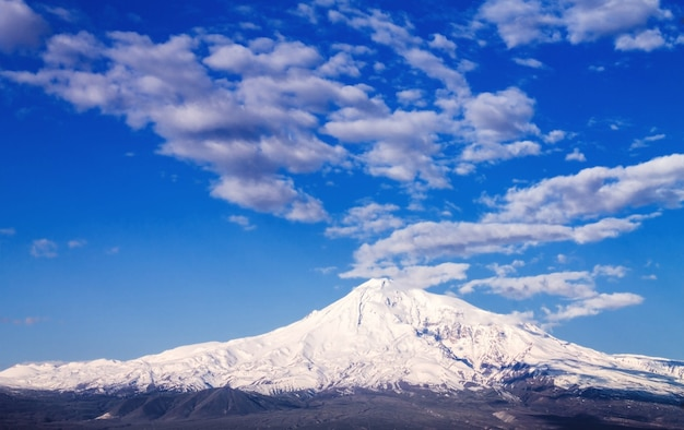 Wysokie ośnieżone góry z chmurami