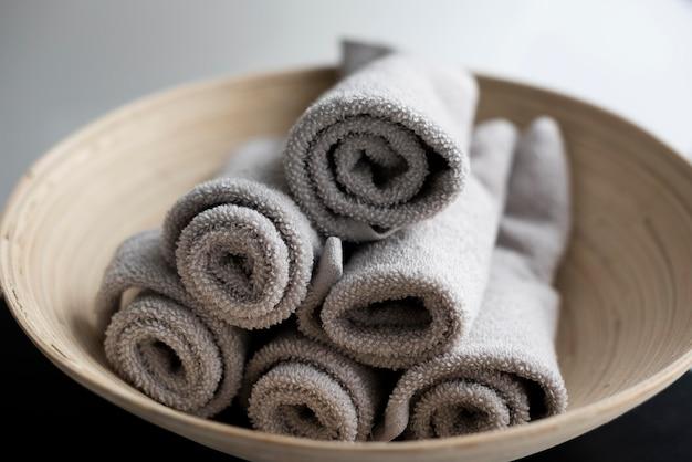 Wysokie ręczniki w misce