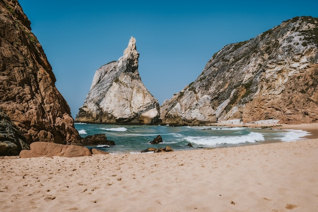 Wysokie skaliste klify na plaży praia da ursa, sintra, portugalia