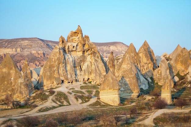 Wysokie skały i suchy krajobraz gór w kapadocji, turcja