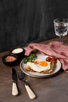 Wysokie śniadanie z kanapką z jajkiem
