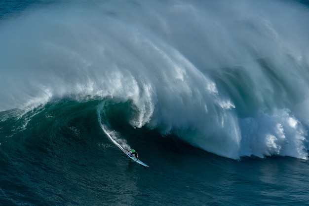 Wysokie spienione fale oceanu atlantyckiego w pobliżu gminy nazare w portugalii