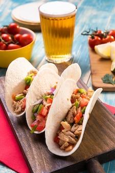 Wysokie tacos na drewnianej desce