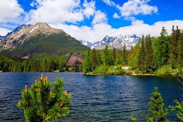 Wysokie tatry i piękne jezioro na słowacji