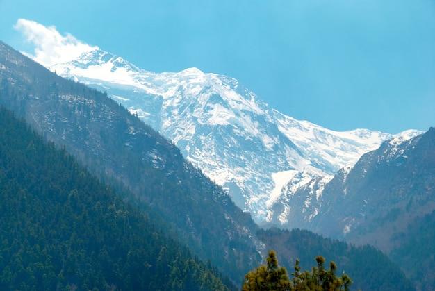 Wysokie tybetańskie góry w śniegu, trekking do annapurny