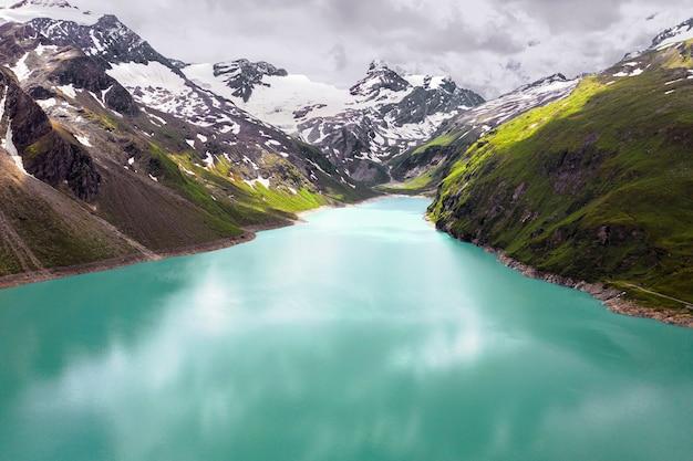 Wysokie ujęcie jeziora w górach zrobione w pochmurny dzień