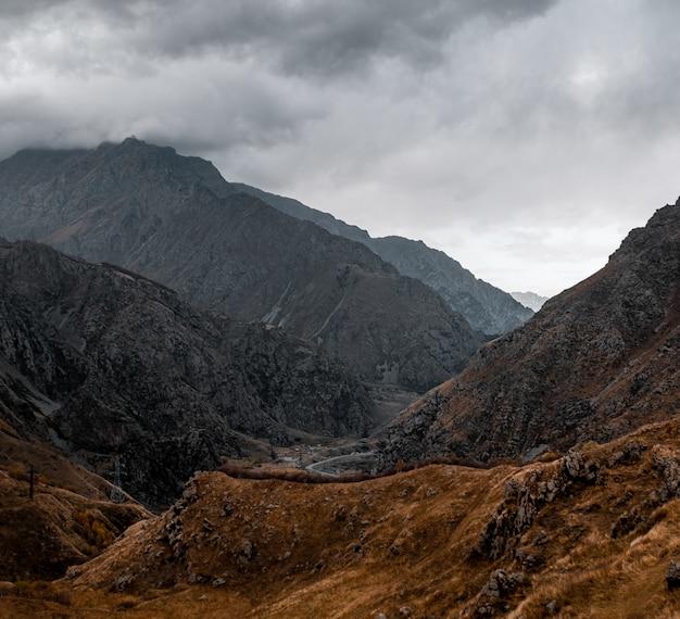 Wysokie ujęcie wspaniałych gór i wzgórz zrobione w pochmurny wieczór