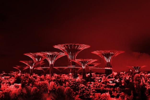 Wysokie żelazne fioletowe drzewa nocą w singapurze. fantastyczny krajobraz. avatar forest.