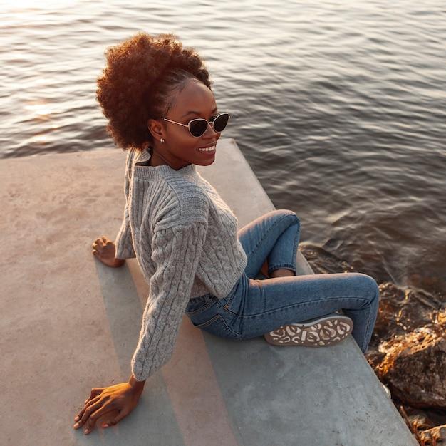 Wysokiego kąta afrykańska kobieta pozuje outside