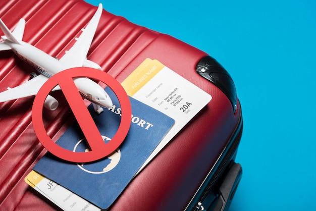Wysokiego kąta bagaż na błękitnym tle