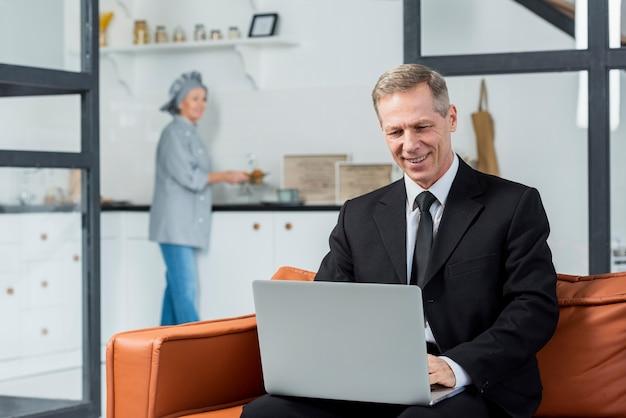 Wysokiego kąta biznesowy mężczyzna przy biurem