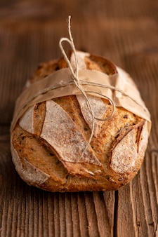 Wysokiego kąta chleb na drewnianym tle