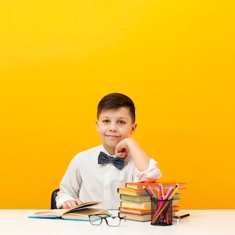 Wysokiego kąta chłopiec przy biurka czytaniem