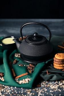 Wysokiego kąta herbaciany czas z przekąską na stole