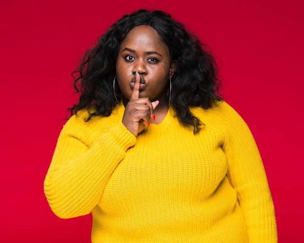 Wysokiego kąta kobieta pokazuje cisza znaka