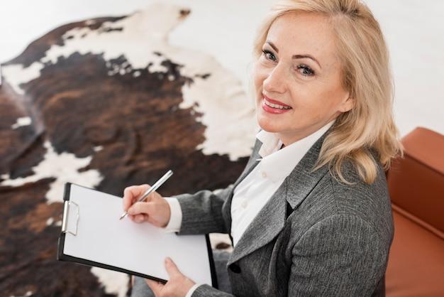 Wysokiego kąta kobieta przy biurem