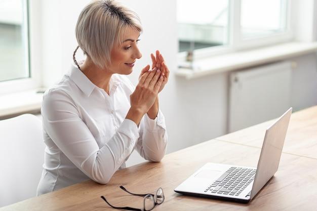 Wysokiego kąta kobieta przy biurowym działaniem
