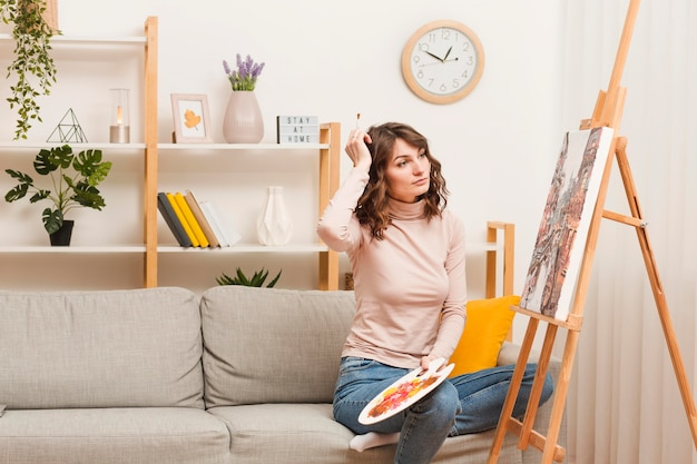 Wysokiego kąta kobieta w domu maluje
