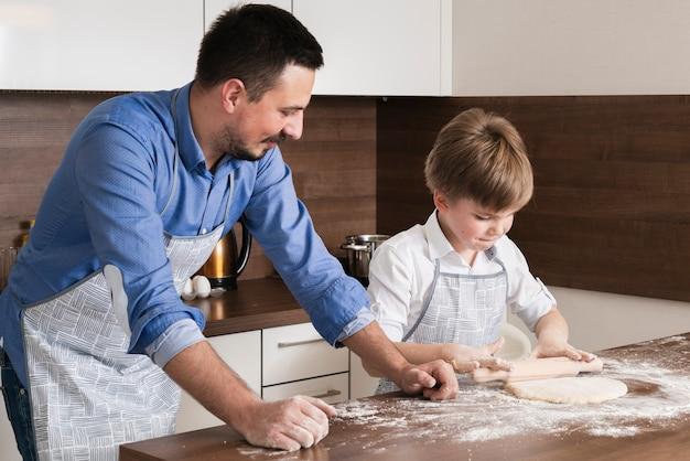 Wysokiego kąta mały chłopiec toczenia ciasta