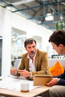 Wysokiego kąta męski spotkanie przy biurem