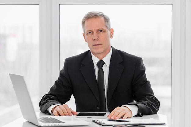 Wysokiego kąta mężczyzna przy biurem