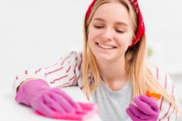 Wysokiego kąta młodej kobiety cleaning