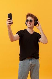Wysokiego kąta nastoletni chłopak bierze selfie