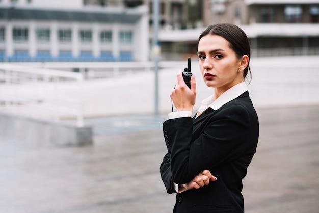 Wysokiego kąta ochrony kobieta z wyposażeniem