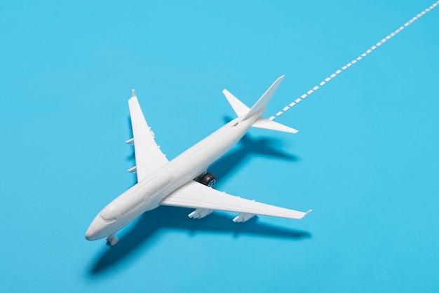 Wysokiego kąta samolot na błękitnym tle
