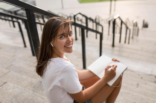 Wysokiego kąta smiley kobiety czytelniczy outside