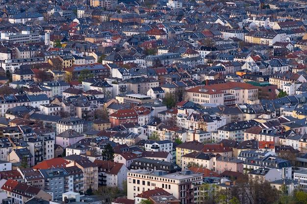 Wysokiego kąta strzał pejzaż miejski z mnóstwo budynkami w frankfurt, niemcy