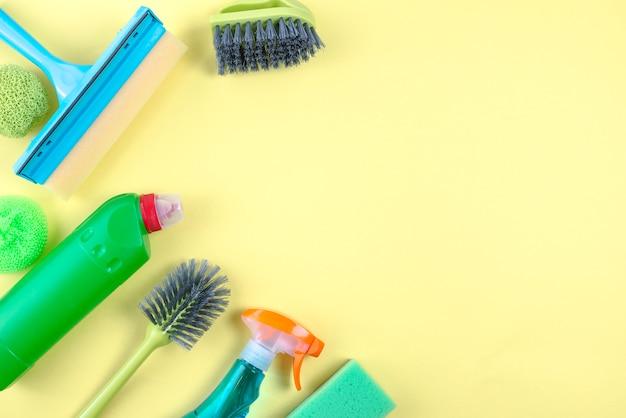 Wysokiego kąta widok cleaning equipments na żółtym tle