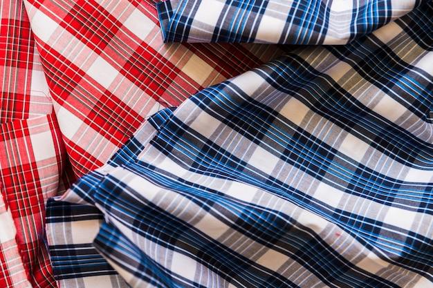 Wysokiego kąta widok czerwona i błękitna w kratkę deseniowa tkanina