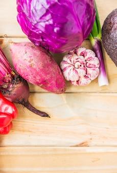 Wysokiego Kąta Widok Kolorowi świezi Warzywa Na Drewnianej Desce Darmowe Zdjęcia
