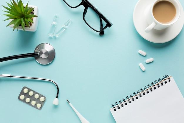 Wysokiego kąta widok medyczny biurko z przestrzenią dla teksta
