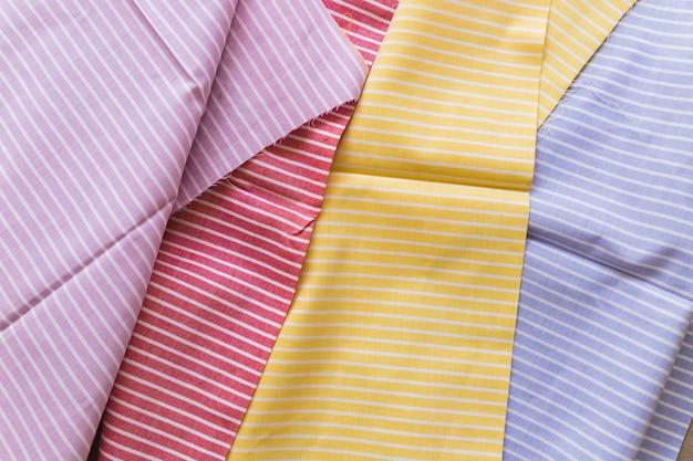 Wysokiego kąta widok różnorodni wielo- barwioni lampasy deseniują tkaniny